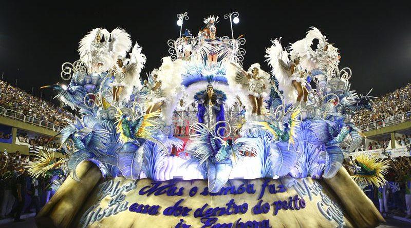 As Fantasias dos desfiles das escolas de samba do Rio de Janeiro.
