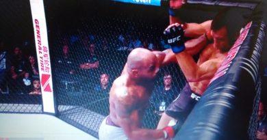 Yoel Romero manda Luke Rockhold para a lona em nocaute incrÍvel no UFC 221